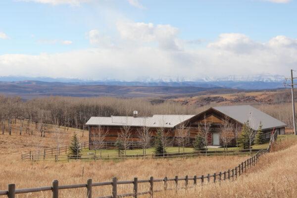 7k_ranch_barn_fall_foothills